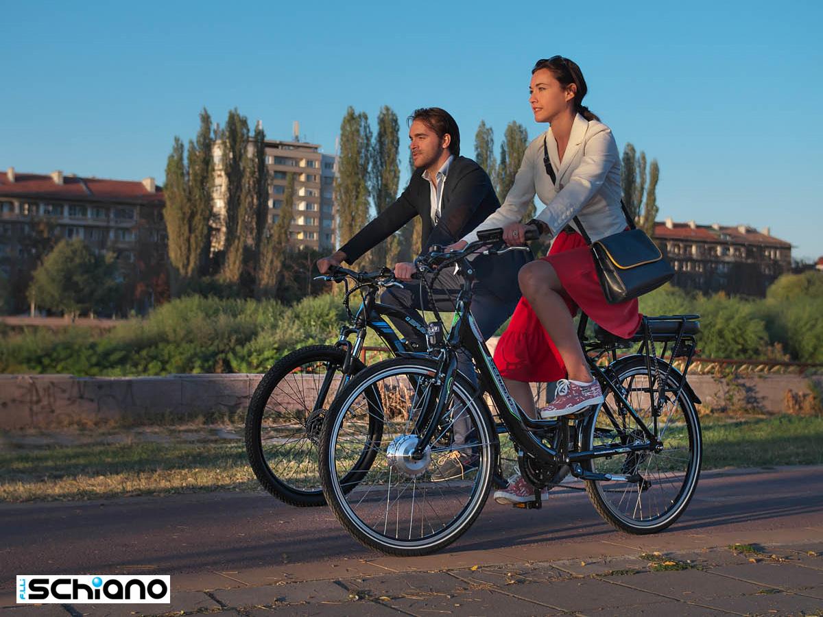 Una coppia pedala in città sulle proprie ebike Fratelli Schiano 2021