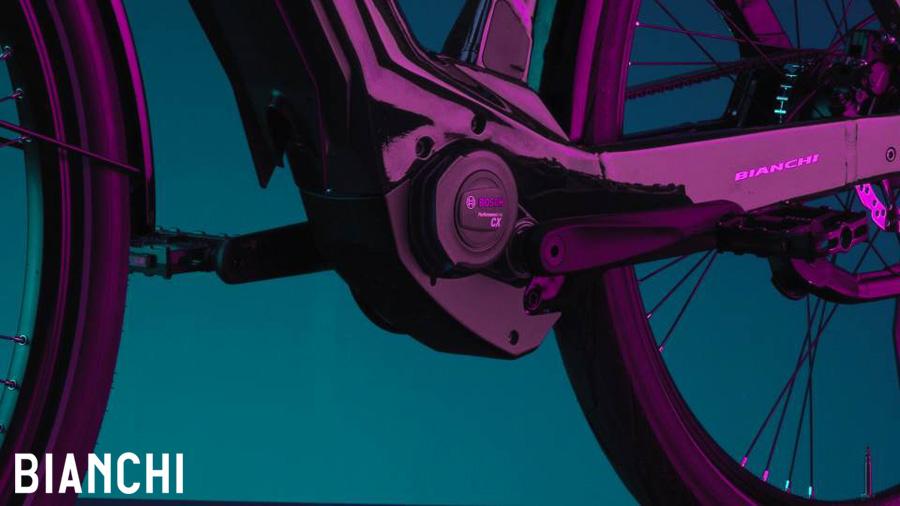 Dettaglio del motore Bosch Performance Line CX montato su una bici elettrica Bianchi e-Omnia 2021