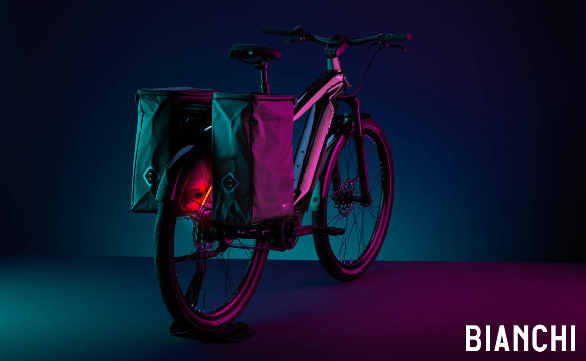 Bici elettrica Bianchi e-Omnia T-Type 2021 completa di borse laterali agganciate al portapacchi posteriore