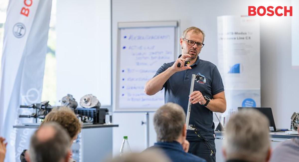 Un formatore Bosch sostiene un corso sull'assistenza nei punti vendita per le componenti ebike