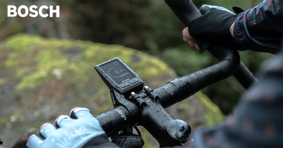 Un display Kiox montato su un manubrio di una bici elettrica