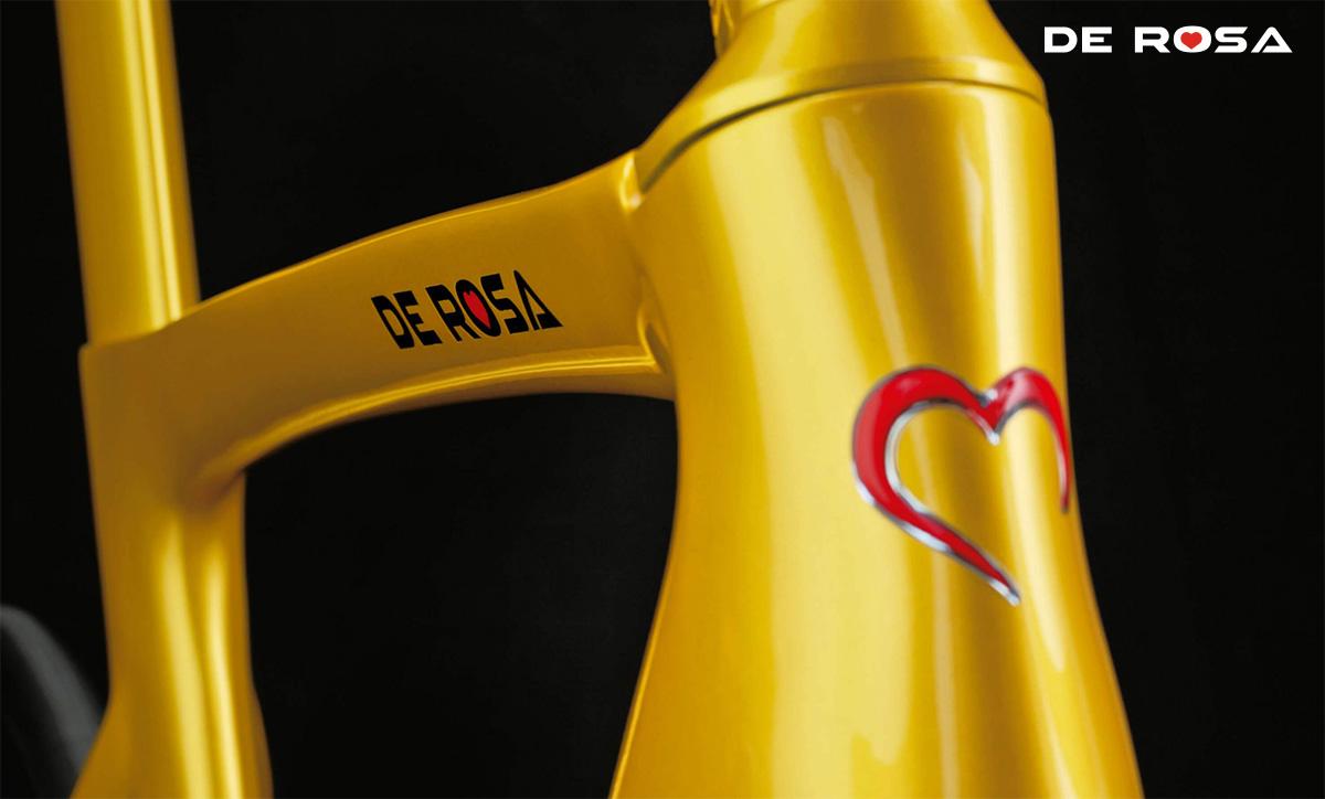 Dettaglio del tubo sterzo della De Rosa Anima Fashion Gold con il logo del Cuore Rosso