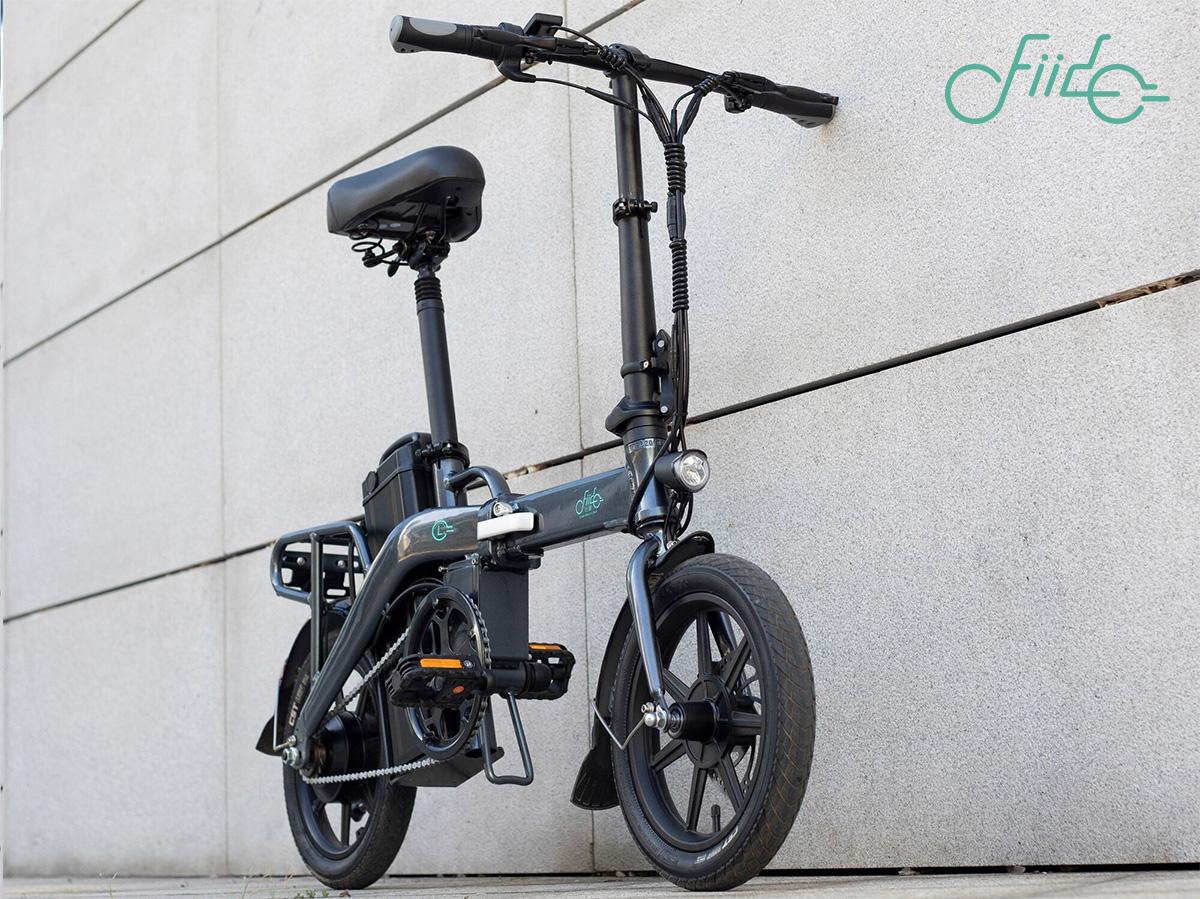 La nuova bici pieghevole a pedalata assistita Fido L3 2021 in un contesto urbano