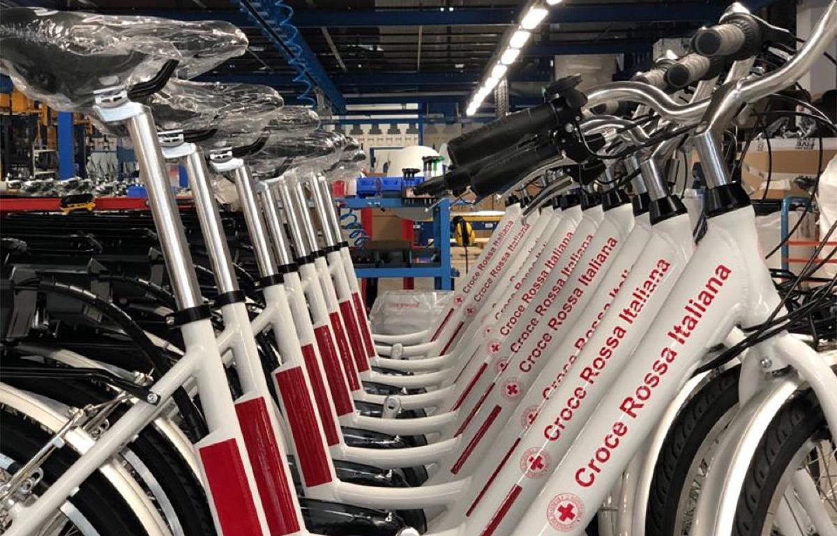 Una serie di e-bike Nuvola Lite della Croce Rossa Italiana in fila in una stabilimento FIVE
