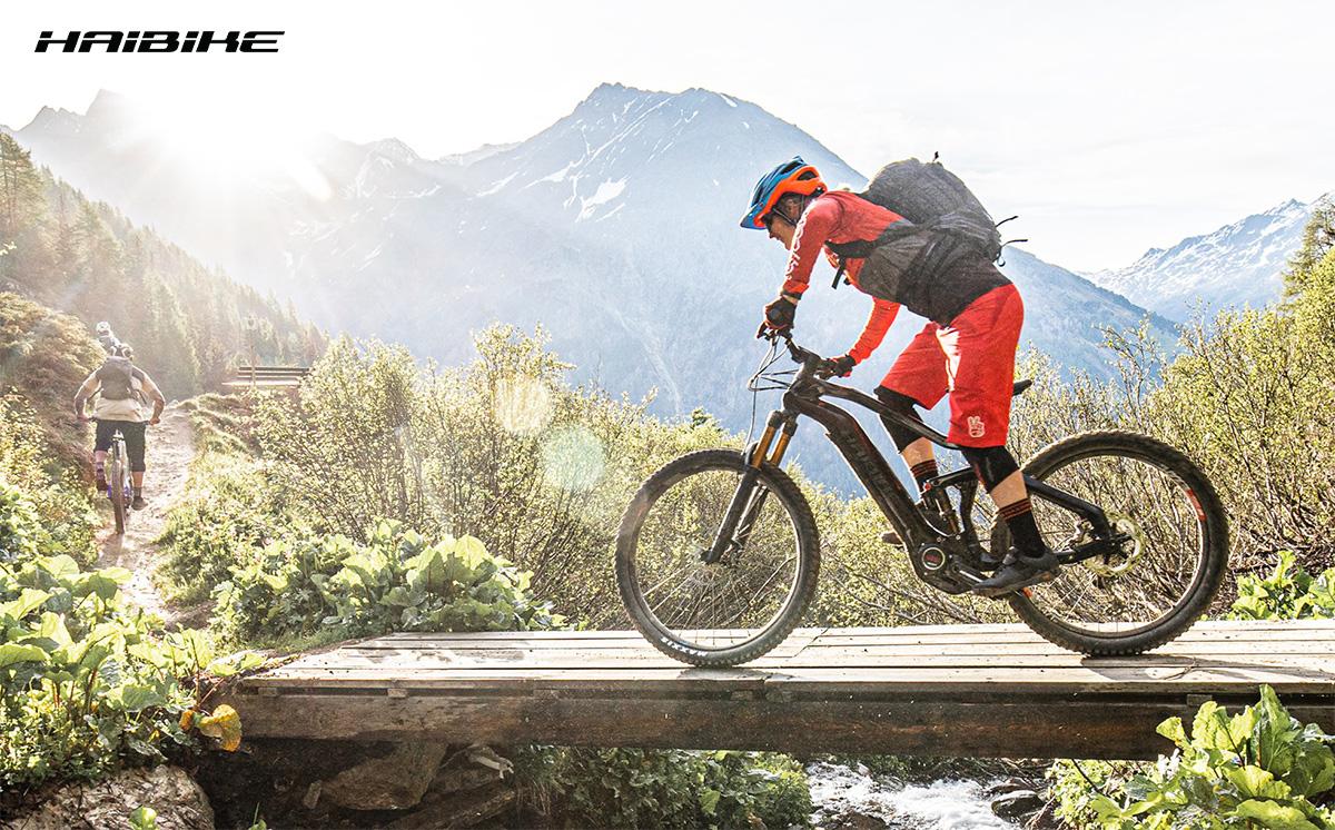 Un rider pedala in sella ad una nuova emtb Haibike 2021