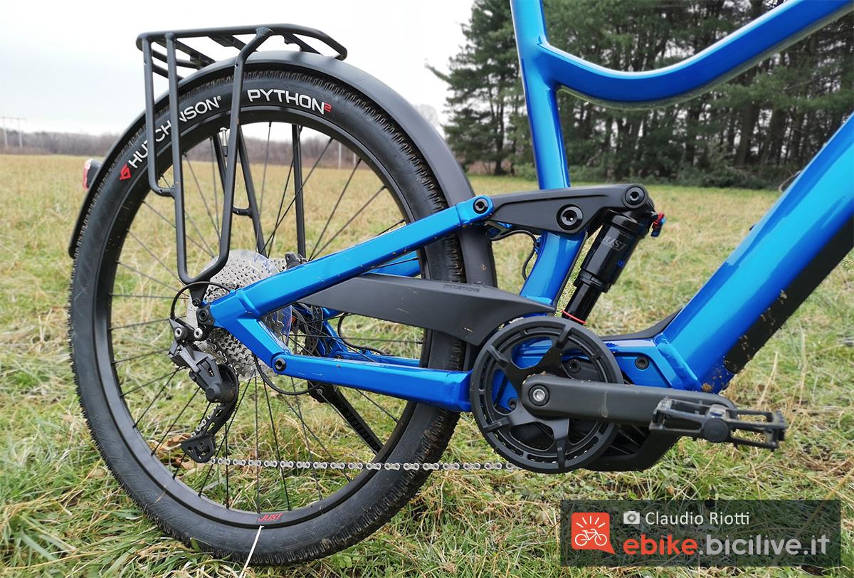 Dettaglio del motore, l'ammortizzatore e il cambio della bici elettrica da trekking Moustache Samedi 27 Xroad FS3 2021