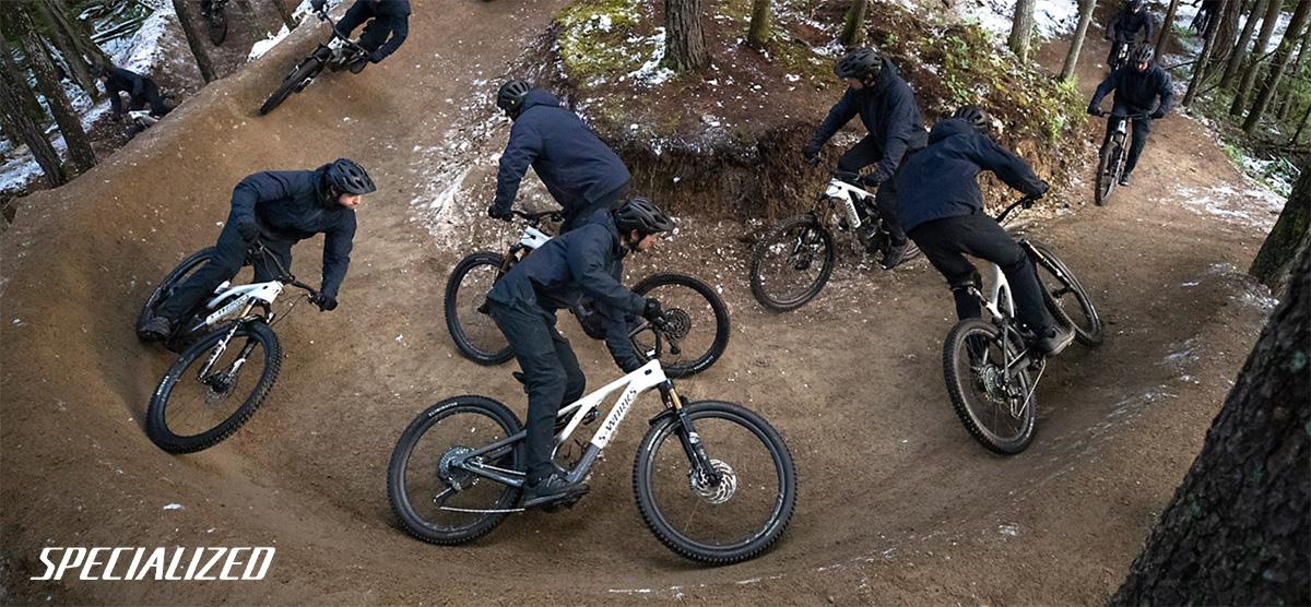Dei rider affrontano la curva di un trail in sella alle nuove Specialized Turbo Levo 2022