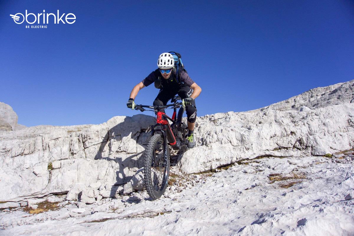 Un rider scende per una montagna con la nuova emtb Brinke X6R 2021