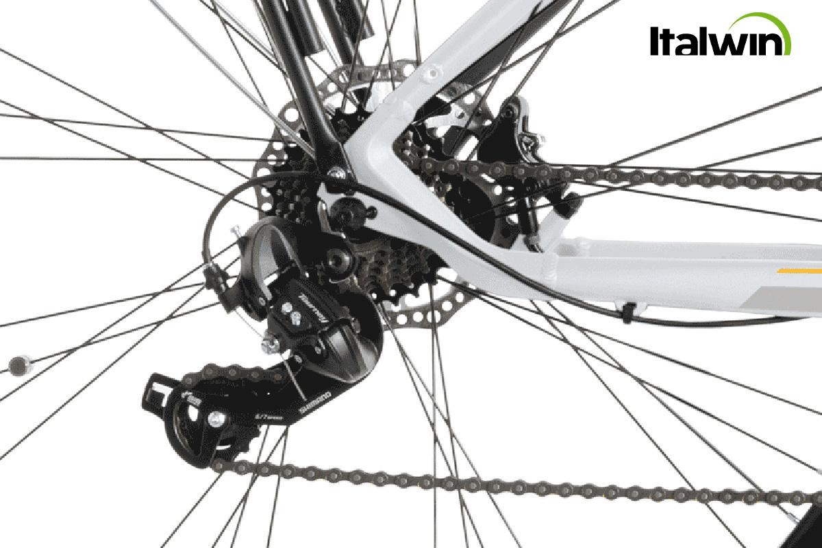 Dettaglio del cambio Shimano montato sulla nuova city bike elettrica Italwin Pearl Lite 2021