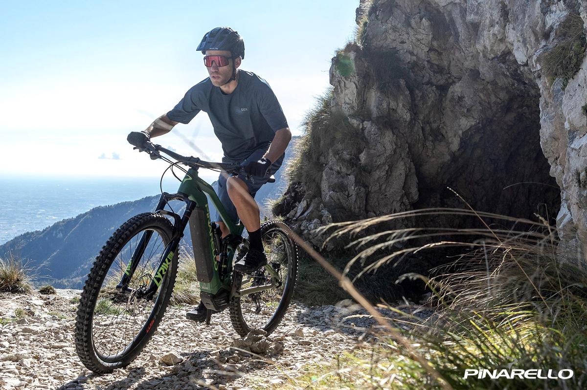 Rider pedala in sella a una e-bike Pinarello Dust 3 2021