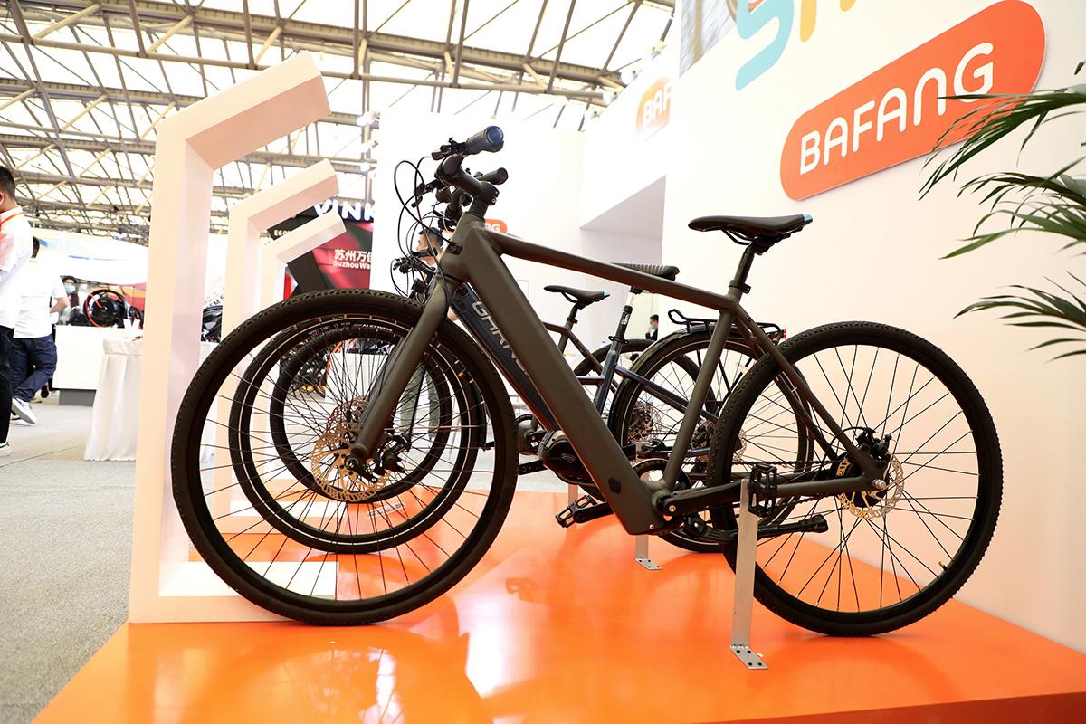Delle biciclette elettriche posizionate nello stand di Bafang al China Cycle 2021