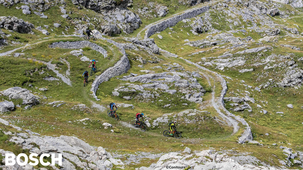 Dei ciclisti pedalano su una strada bianca lungo la Via del Sale