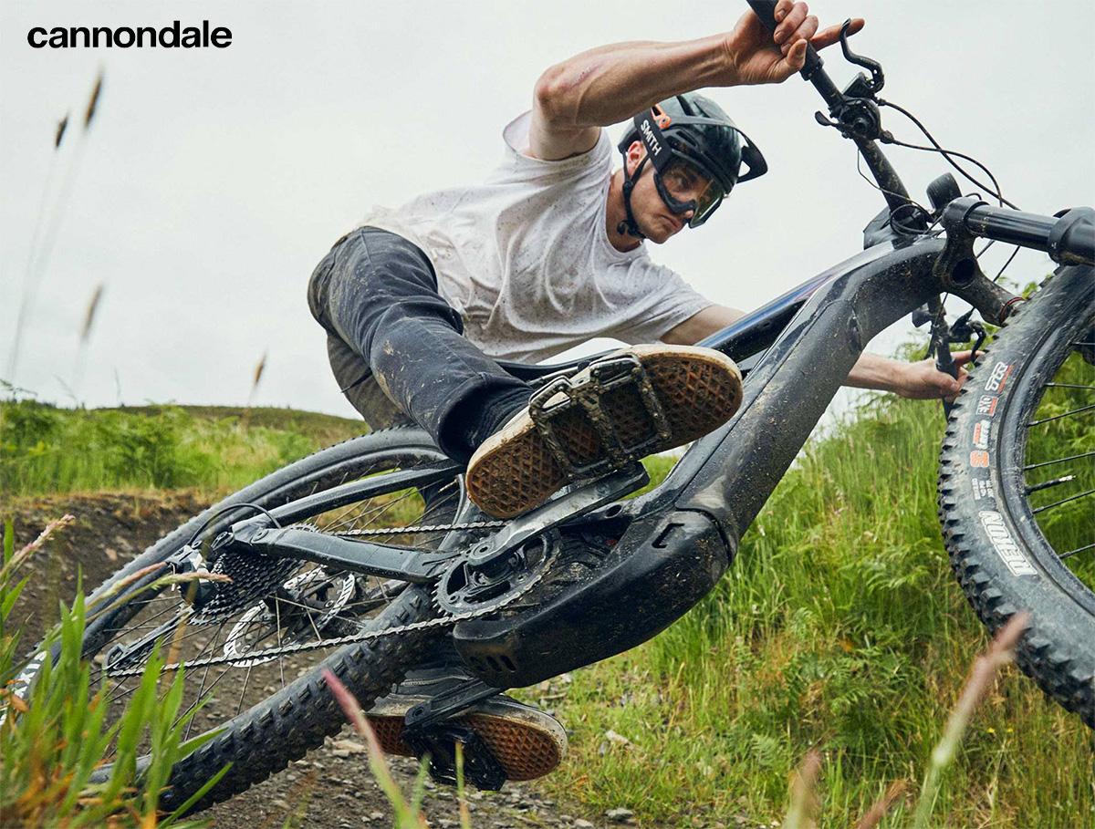 Un rider compie una sterzata stretta in sella ad una nuova emtb Cannondale 2021