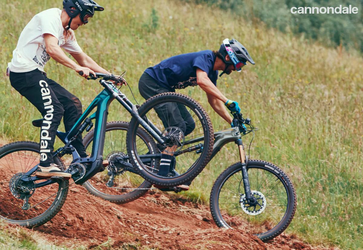 Due rider in discesa su MTB elettriche Cannondale 2021