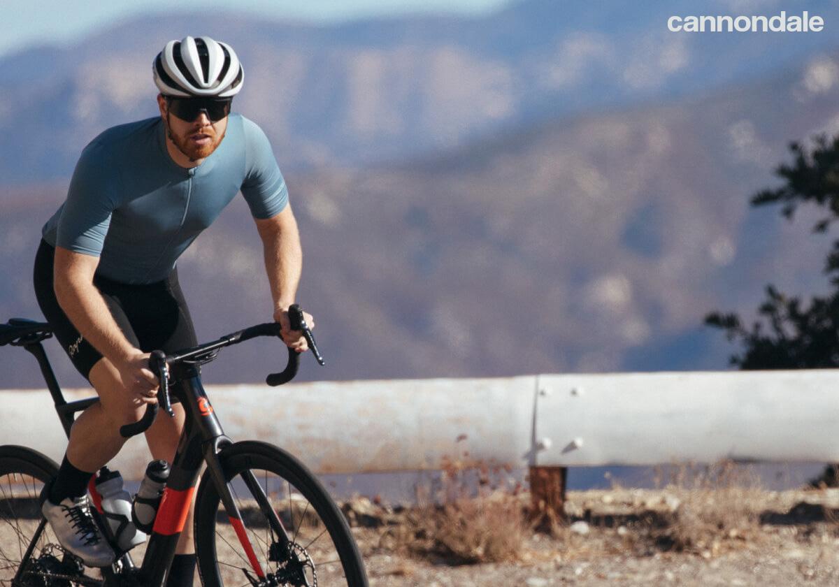 Ciclista uomo sulla strada in sella a una e-Road Cannondale 2021