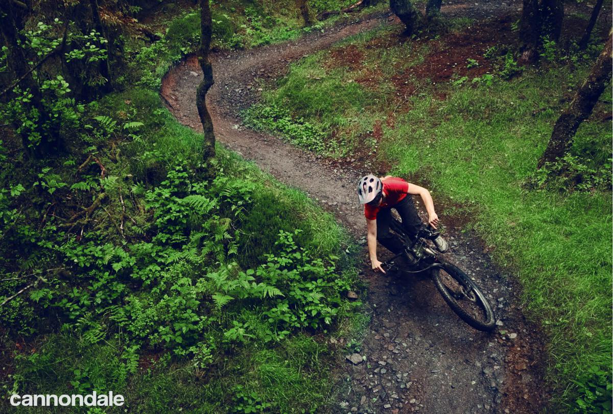 Rider su sentiero gravity con e-MTB Cannondale 2021