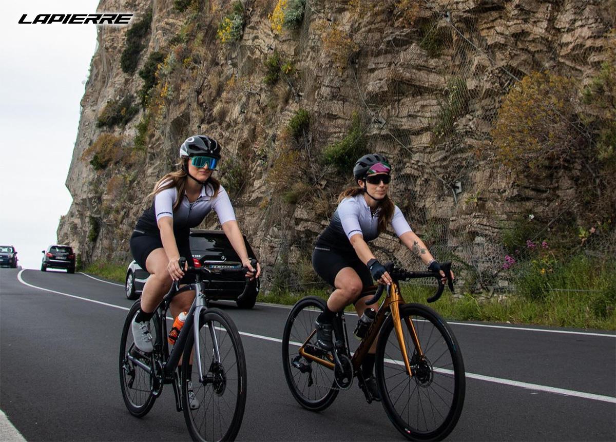 Due cicliste pedalano sulla strada con delle nuove bici da corsa Lapierre 2021