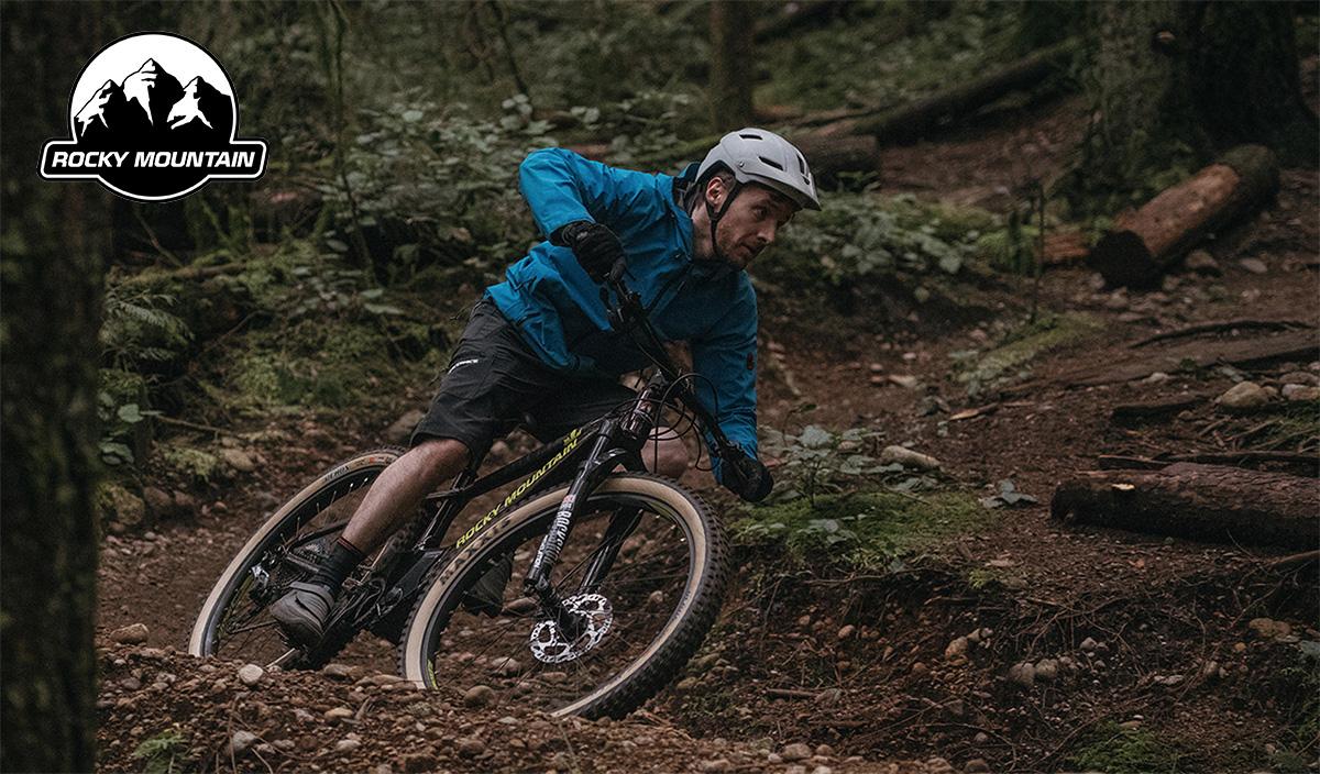 Un uomo pedala nel bosco con una nuova emtb Rocky Mountain 2021