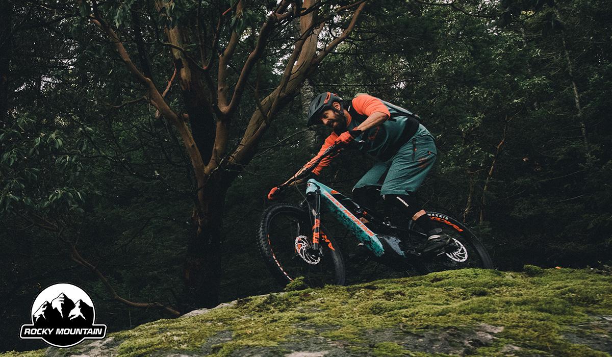 Un rider pedala su una nuova emtb Rocky Mountain 2021
