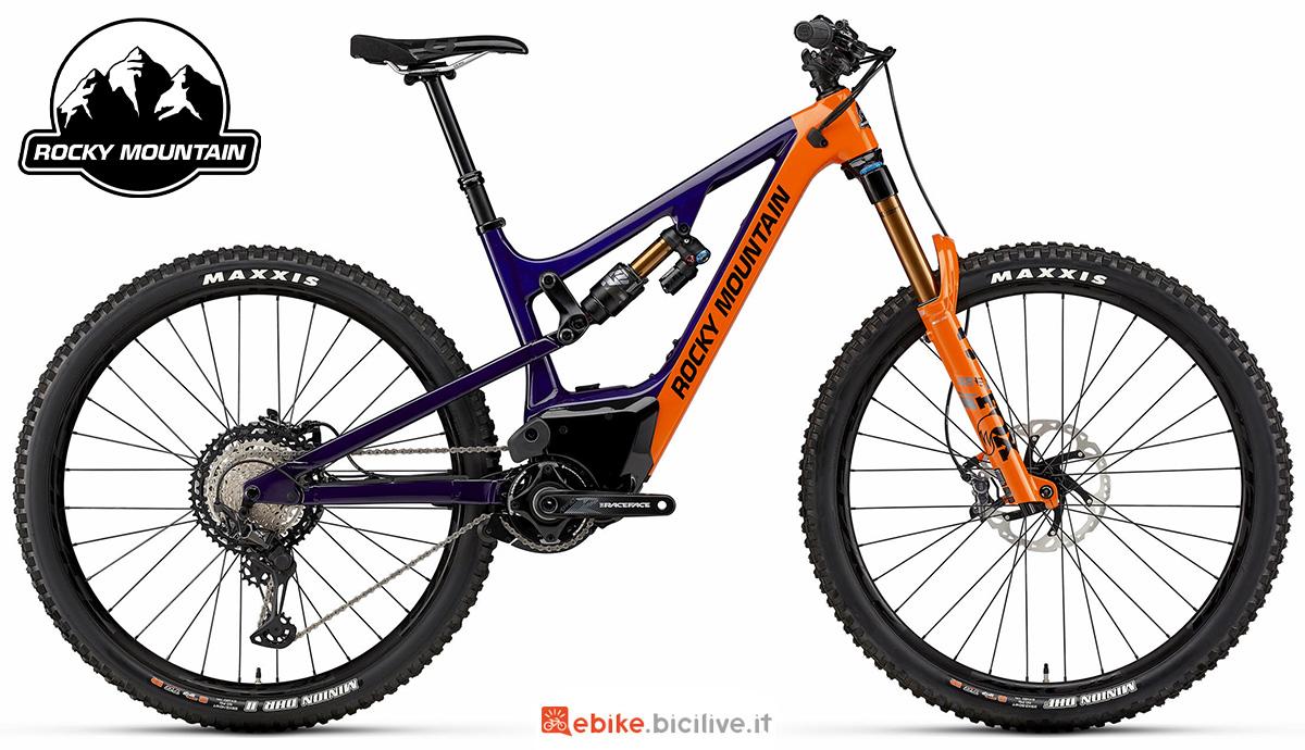 La nuova mountainbike elettrica biammortizzata Rocky Mountain Altitude Powerplay Carbon 90 BC Edition 2021