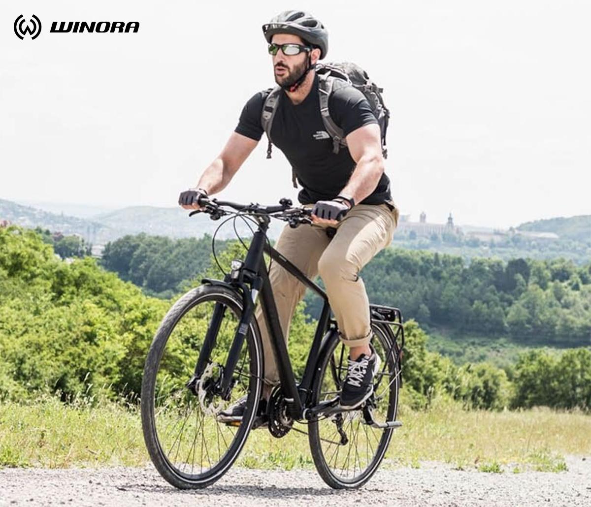 Un uomo pedala su una nuova ebike da trekking Winora 2021