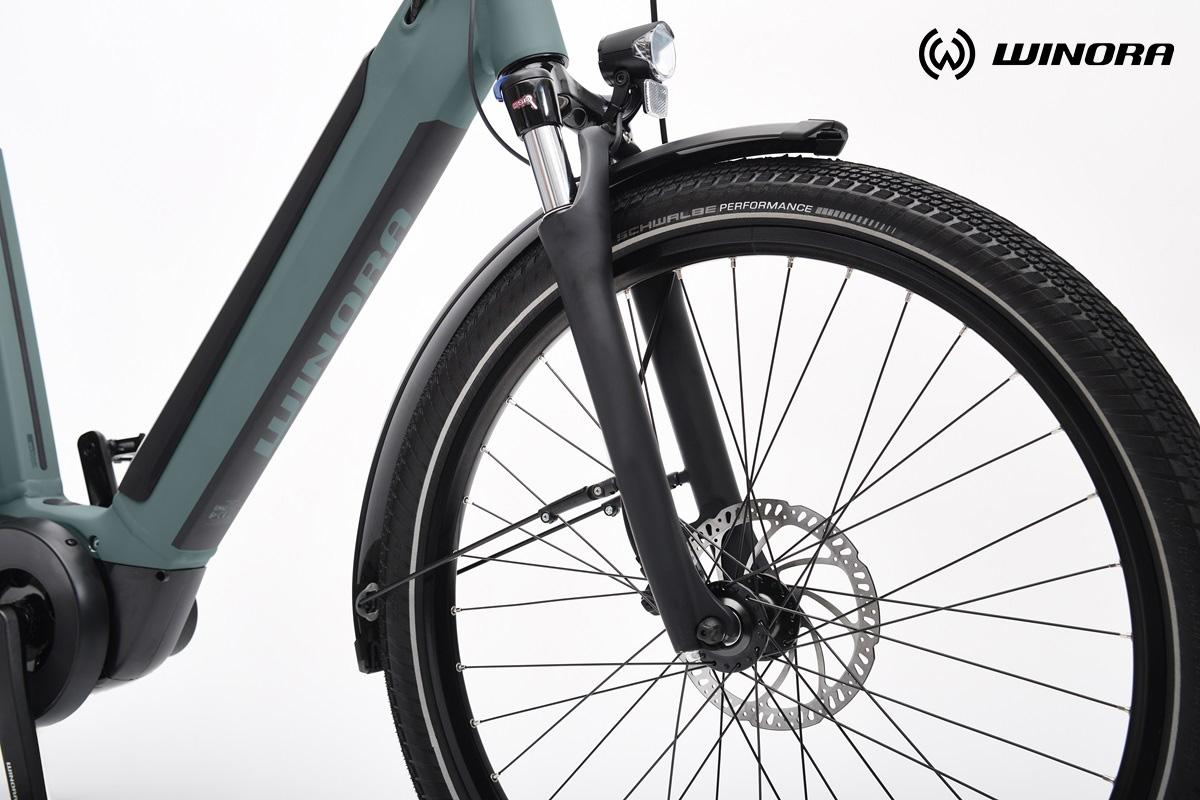 Dettaglio della forcella e del vano batteria di una nuova bici elettrica da città Winora 2021