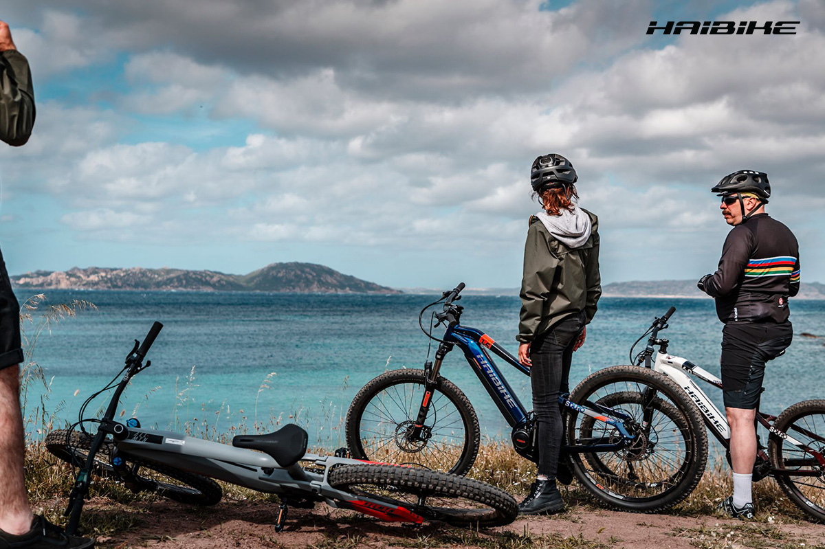 Due rider in sella alle loro ebike Haibike sull'Isola di Coluccia