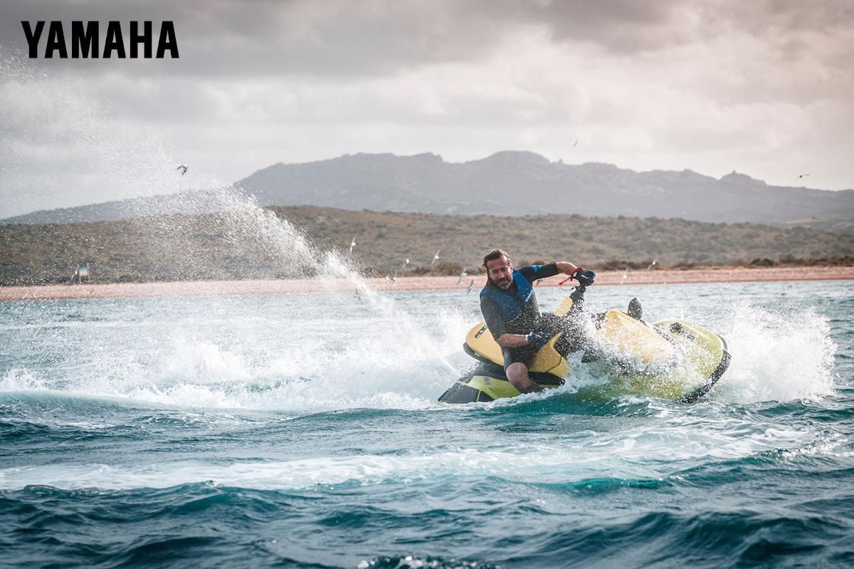 Un uomo su una moto d'acqua Yamaha nei pressi dell'Isola di Culuccia