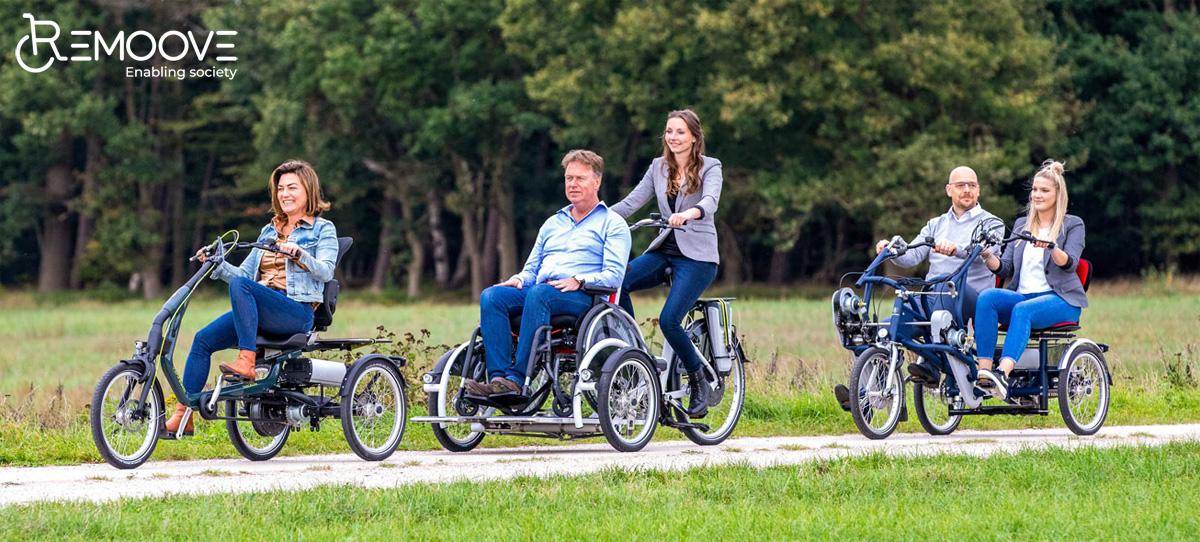 Ciclisti su ebike equipaggiate per il ciclismo inclusivo