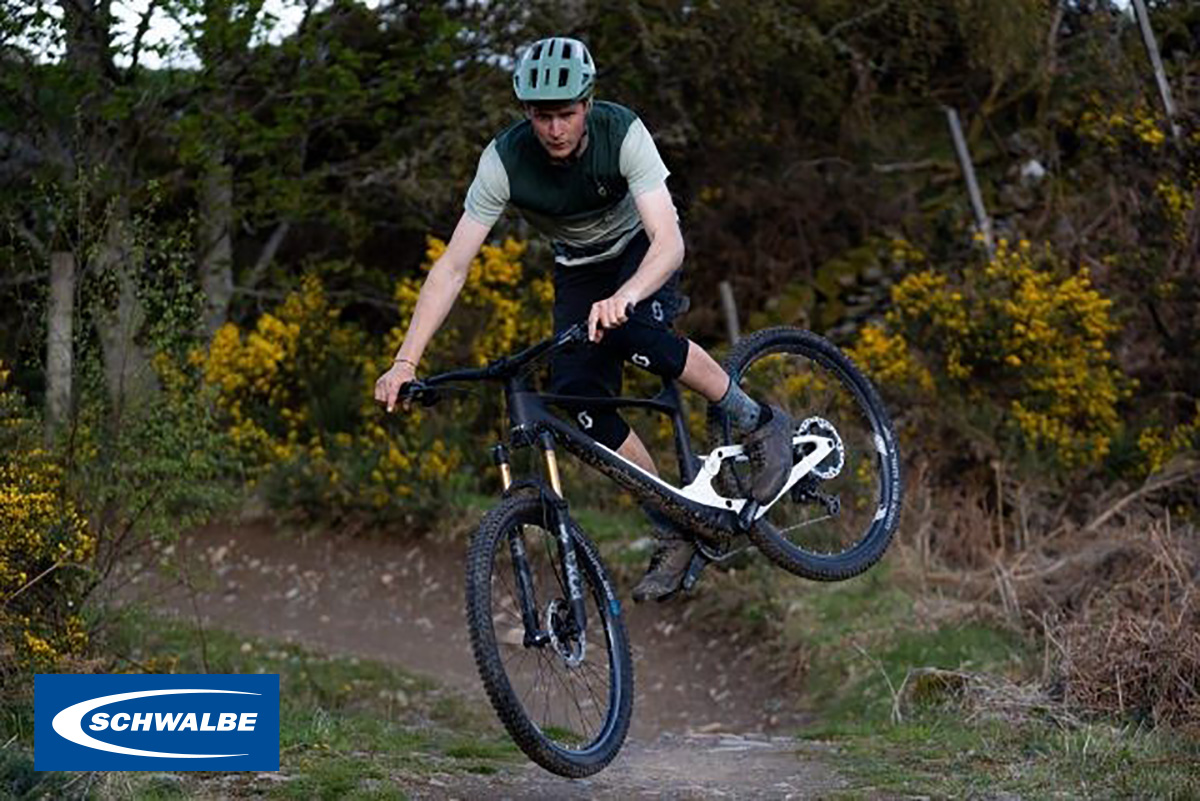 Un rider pedala sulla mountainbike elettrica con i nuovi pneumatici Schwalbe Wicked Will 2022