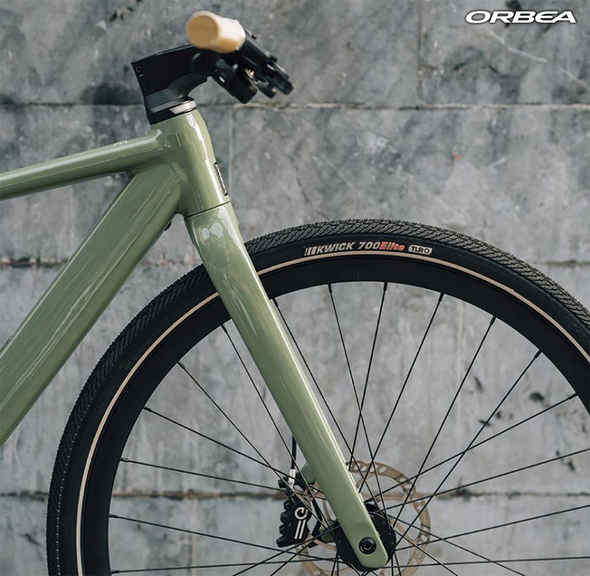 Dettaglio della forcella montata sulla nuova bici elettrica da città Orbea Vibe H10 2022