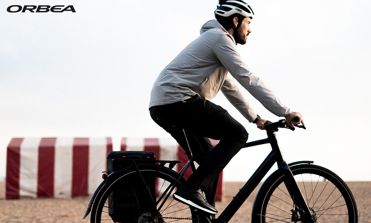 Un uomo pedala in città con la nuova ebike Orbea Vibe H10 2022