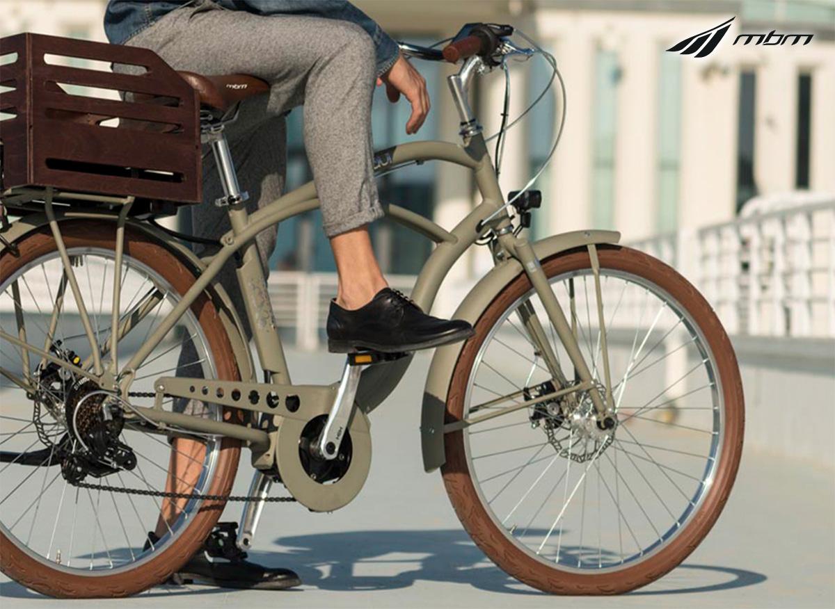 Un uomo pedala in città sulla propria ebike Mbm