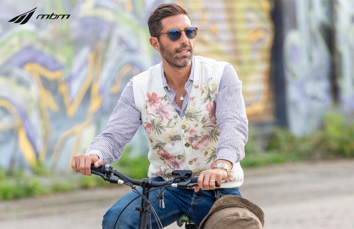 Uno scatto di Vincenzo Medugno mentre pedala su una pieghevole MBM