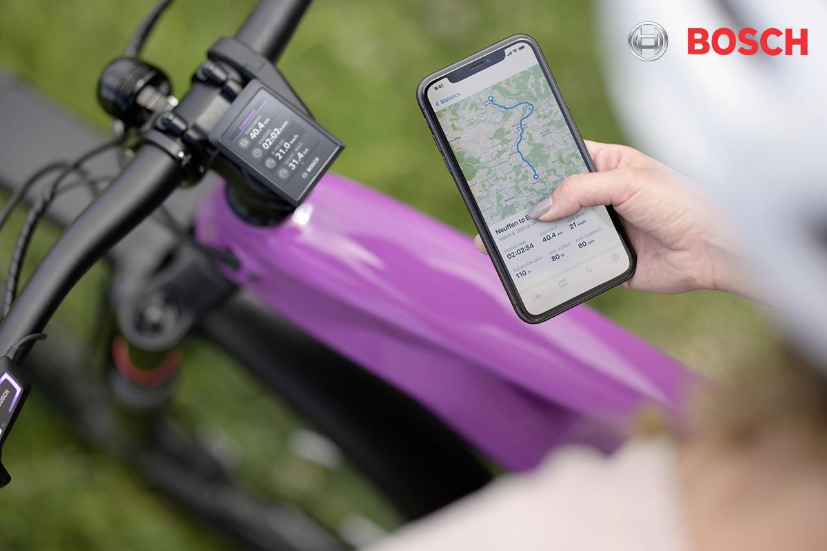 Un ciclista si interfaccia con la propria pedelec utilizzando l'App Bosch eBike Flow