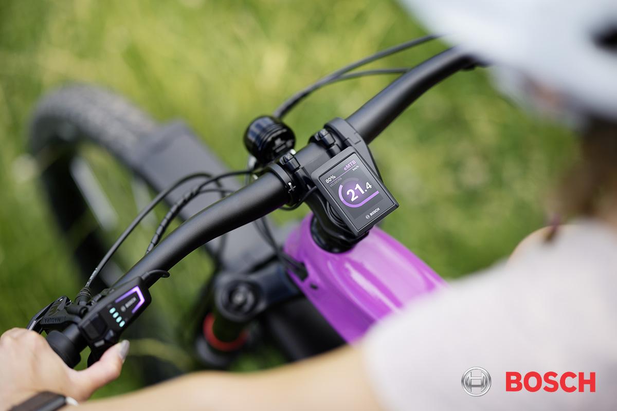Particolare del nuovo display Bosch Kiox 300 montato sul manubrio di una bici elettrica