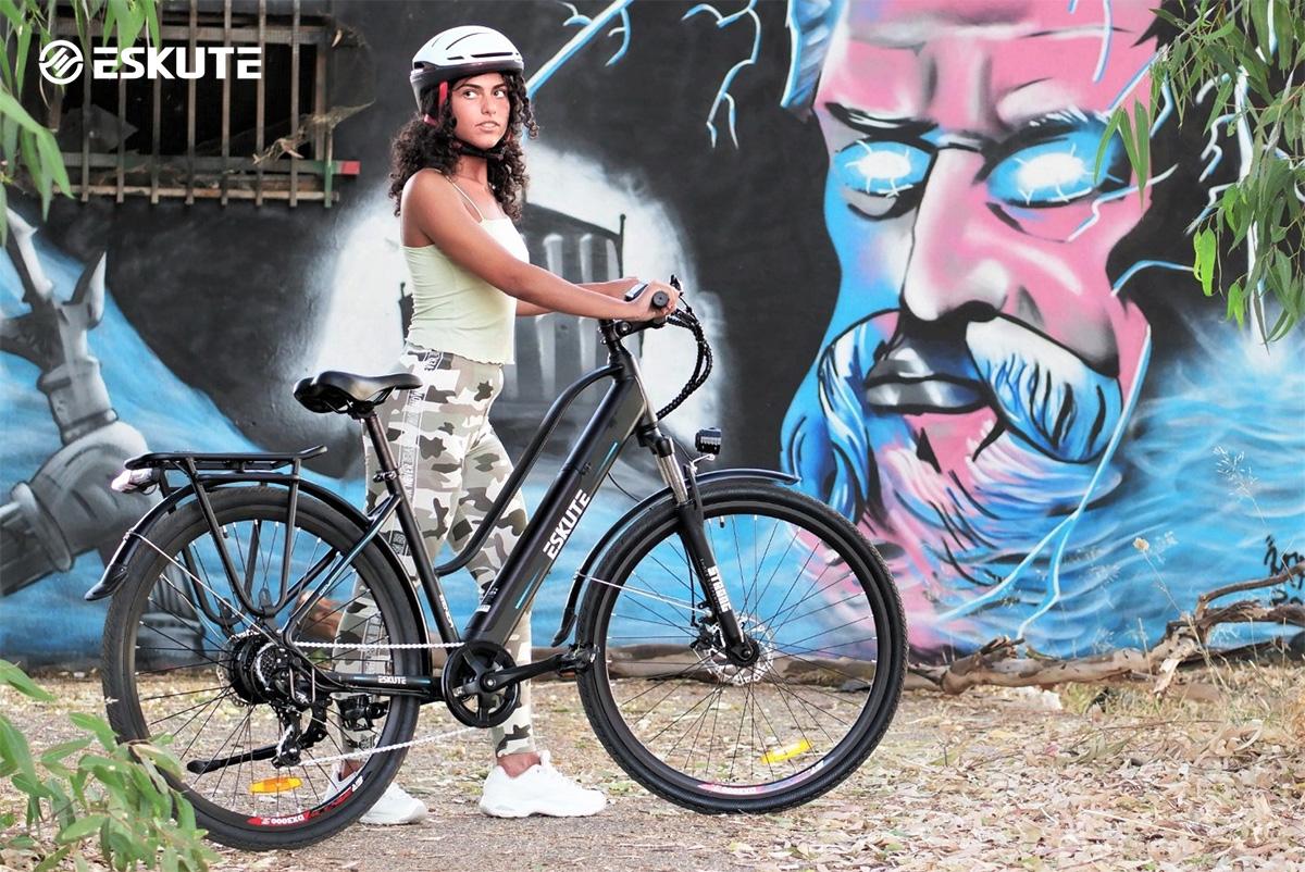 Una ragazza con la nuova ebike urban Eskute Wayfarer 2022
