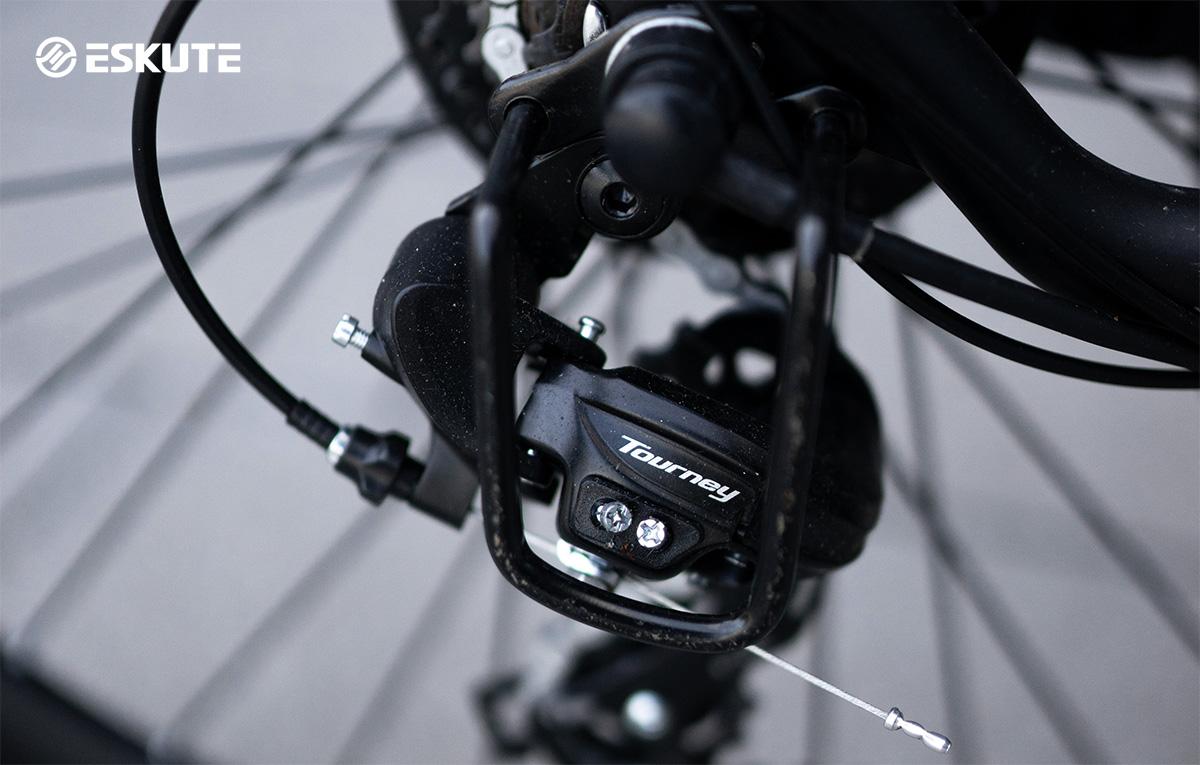 Dettaglio del cambio Shimano Tourbey montato sulla nuova bici elettrica Eskute Wayfarer 2022