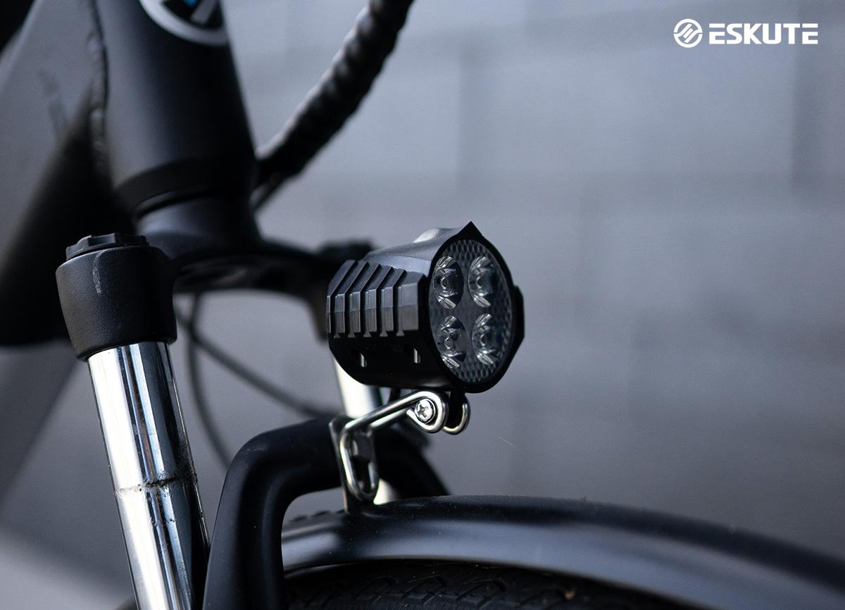Dettaglio del fanale LED anteriore della nuova bici elettrica Eskute Wayfarer 2022