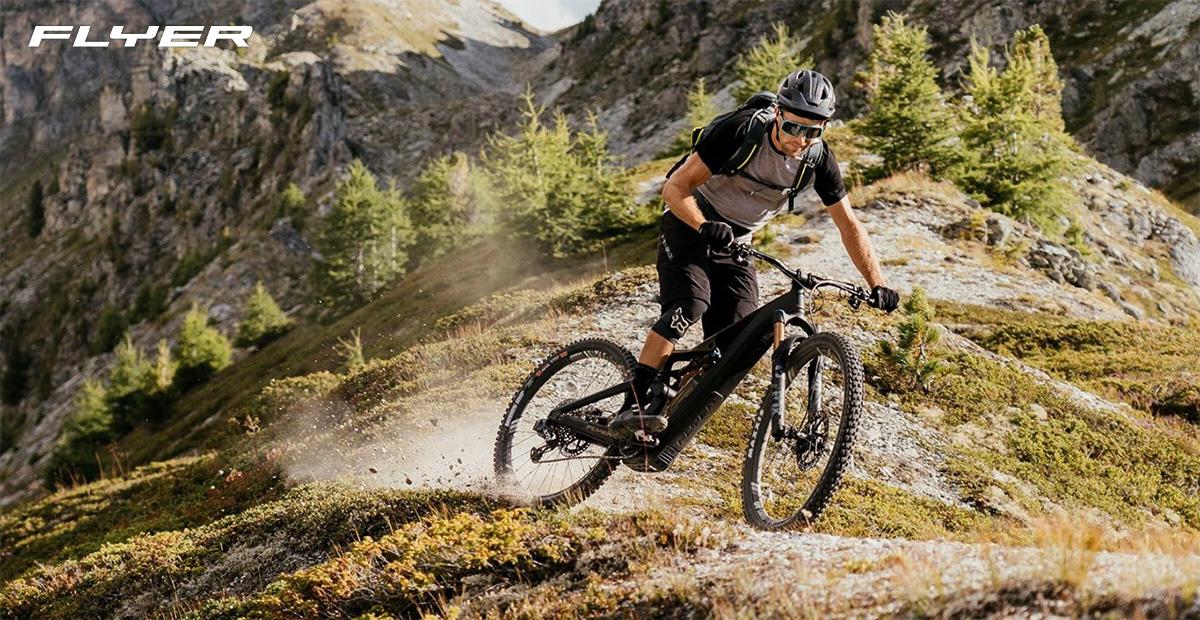 Un rider pedala su una collina con una nuova emtb Flyer 2022