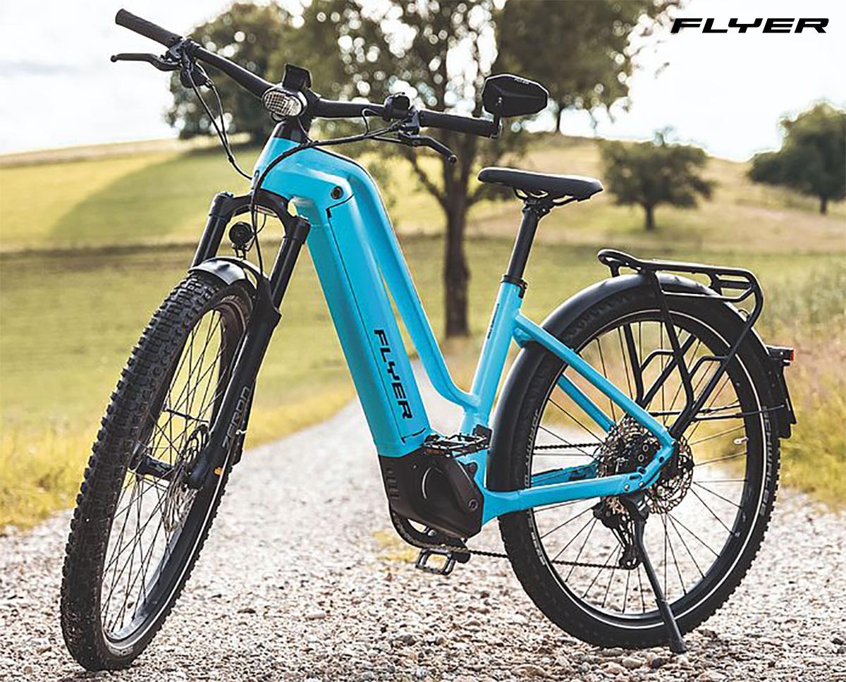 Una nuova ebike da trekking Flyer Goroc2 parcheggiata su un sentiero in campagna