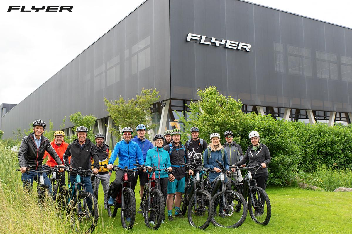 Alcuni ciclisti posano davanti alla sede di Flyer