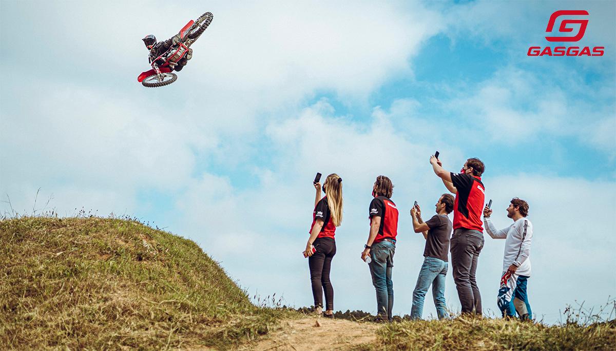 Un rider impegnato in una acrobazia dopo un salto con la moto
