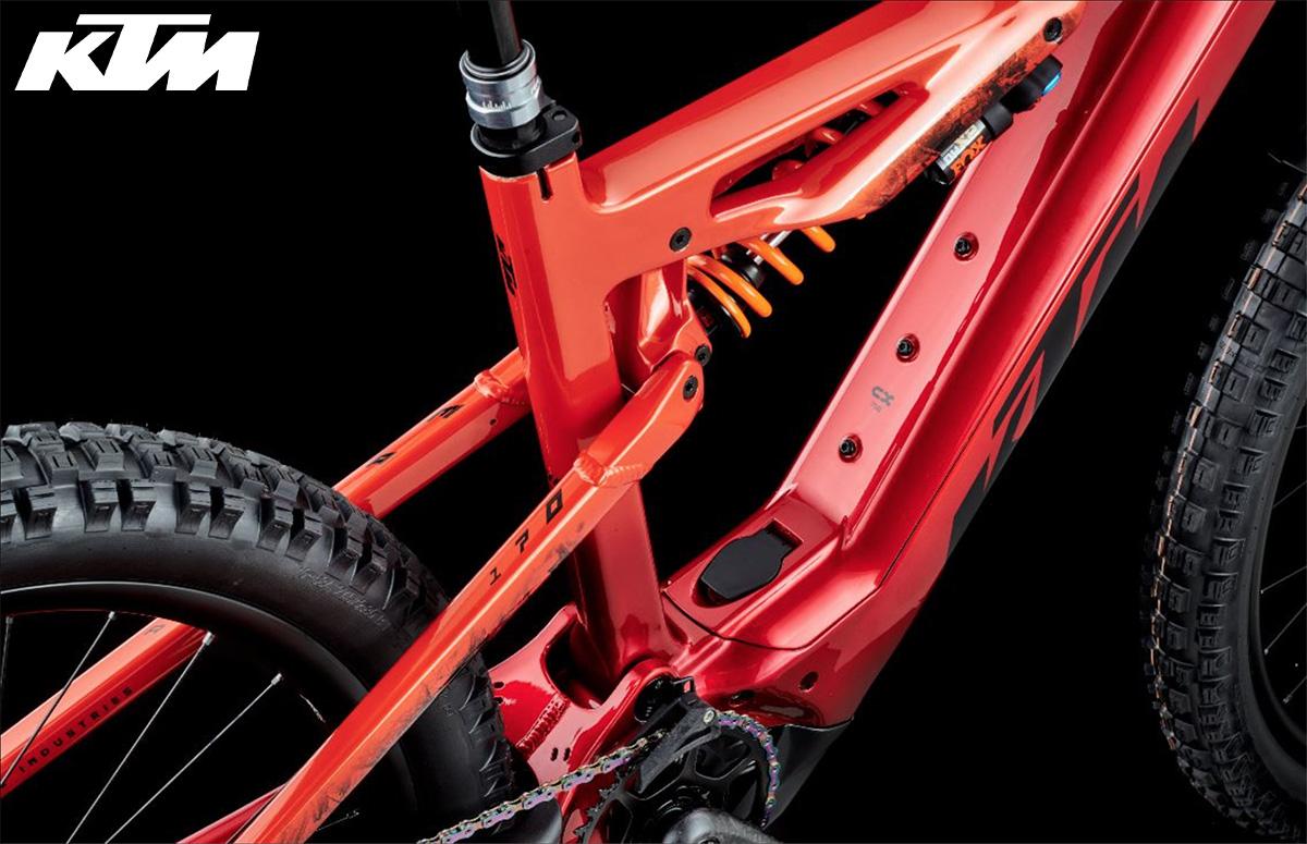 Dettaglio posteriore dell'ammortizzatore e il telaio in carbonio della nuova emtb KTM Macina Prowler 2022