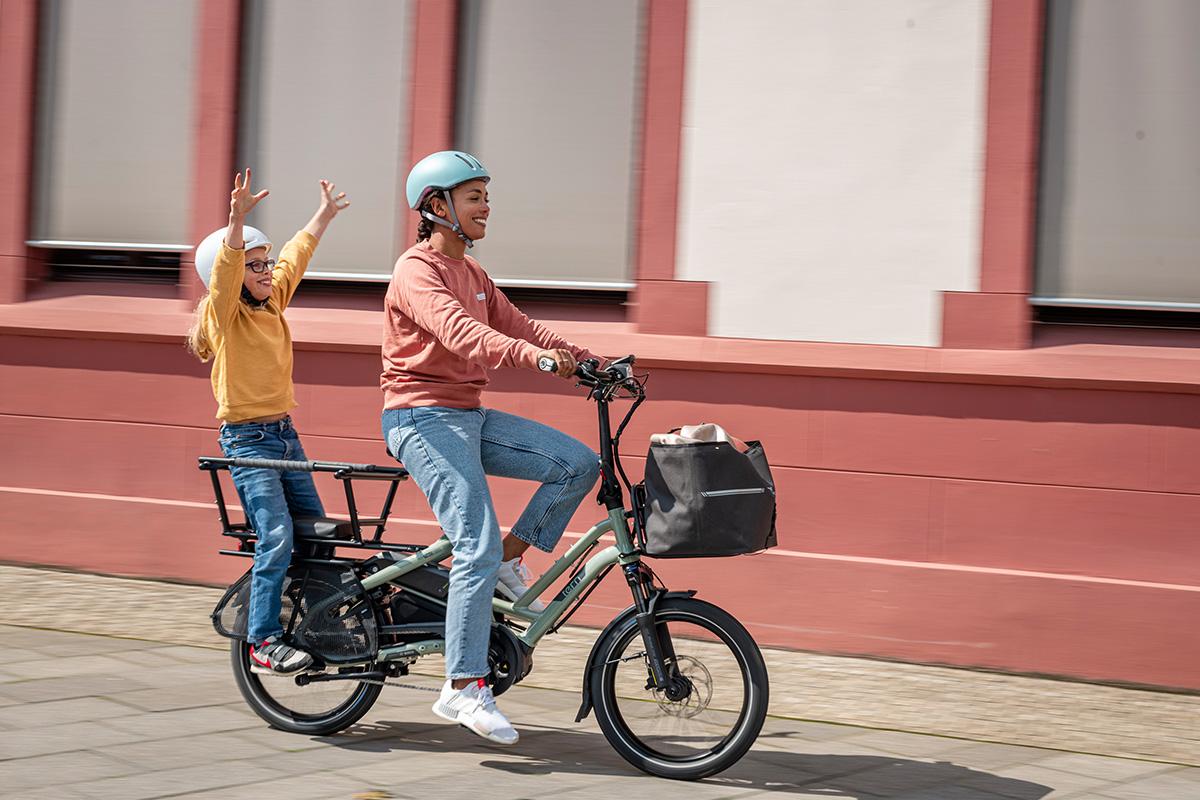 Una mamma trasporta la propria bimba con una ebike cargo Tern 2021