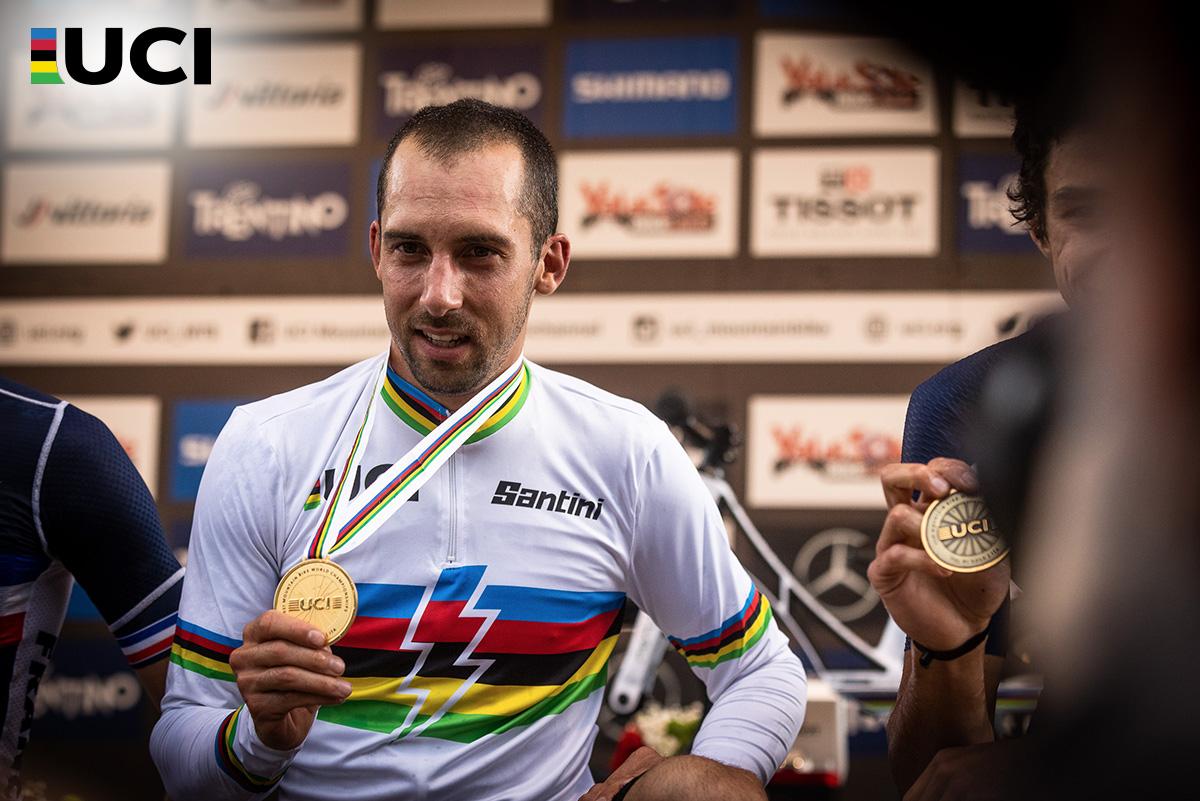 Il francese Jérôme Gilloux indossa la maglia iridata e mostra la sua medaglia d'oro alle telecamere