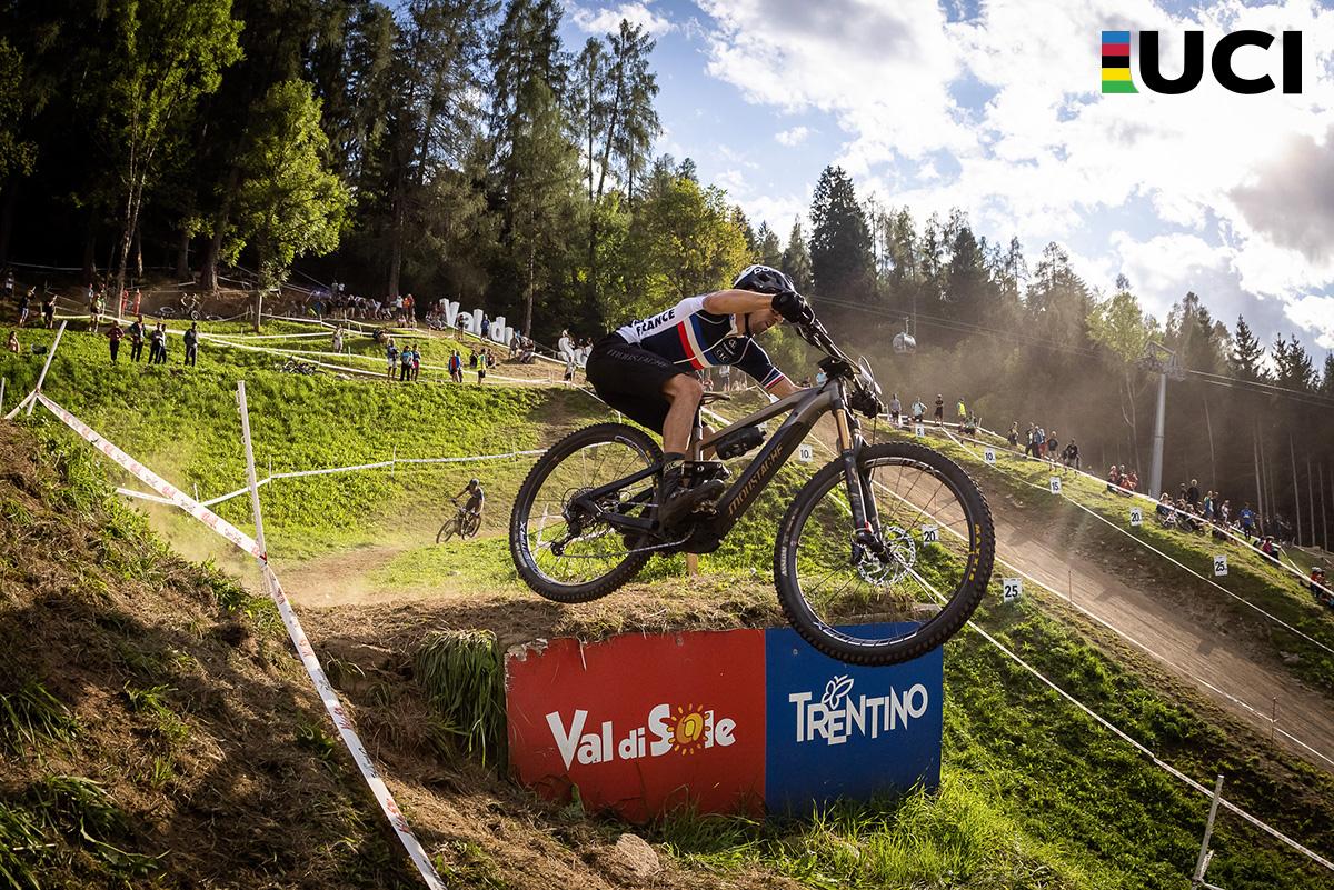 Il francese Jérôme Gilloux impegnato in un salto con la mountain bike elettrica Samedi 29 Trail 10