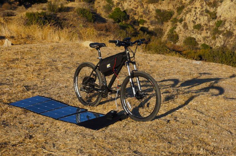 La bici elettrica in fase di ricarica grazie all'energia solare