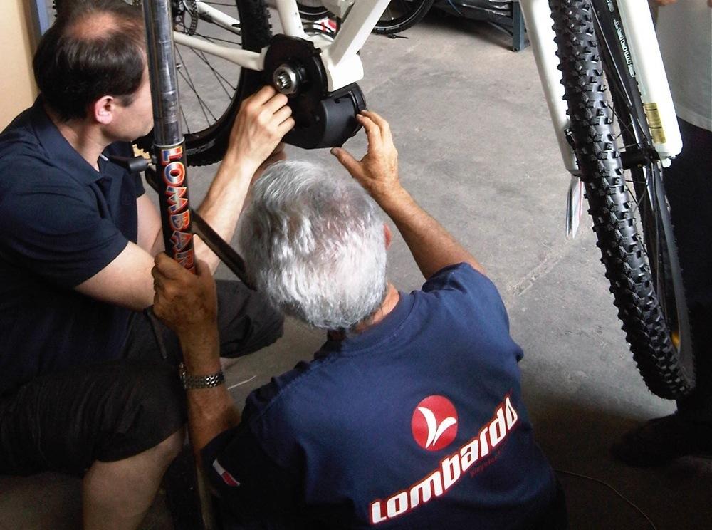 Meccanici Lombardo alle prese con il montaggio di un motore Bosch
