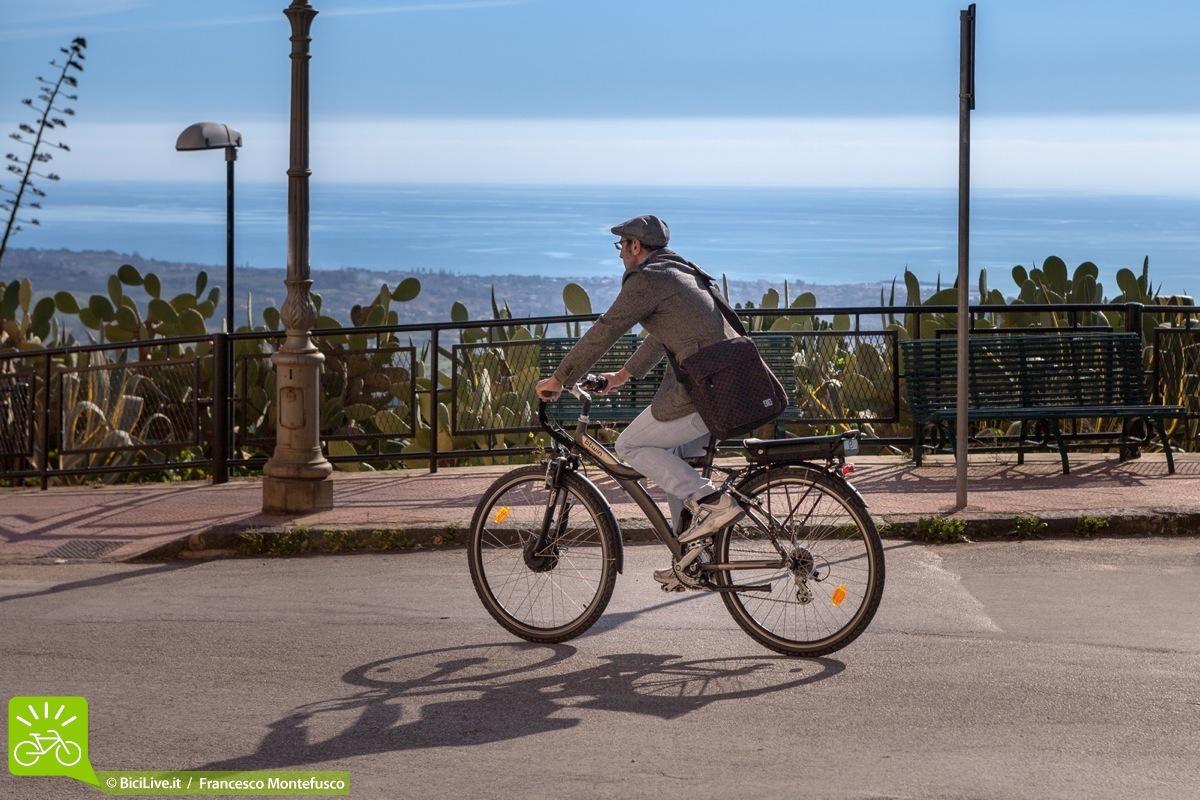 Una foto del test biker BiciLive.it in sella alla ebike Original 7e